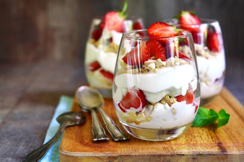 Italienisches Trifle mit Pistazien und Erdbeeren